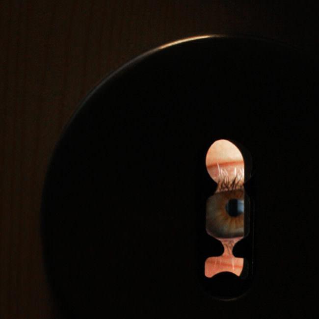 Auge durch ein Schlüsselloch