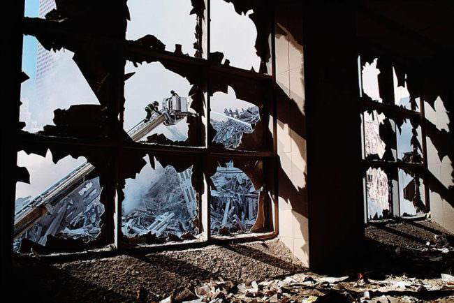 Kran durch ein kaputtes Fenster