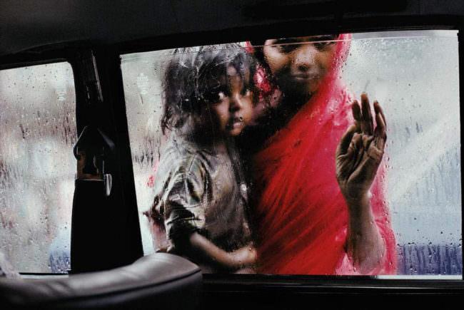 Zwei Mädchen an einem Autofenster