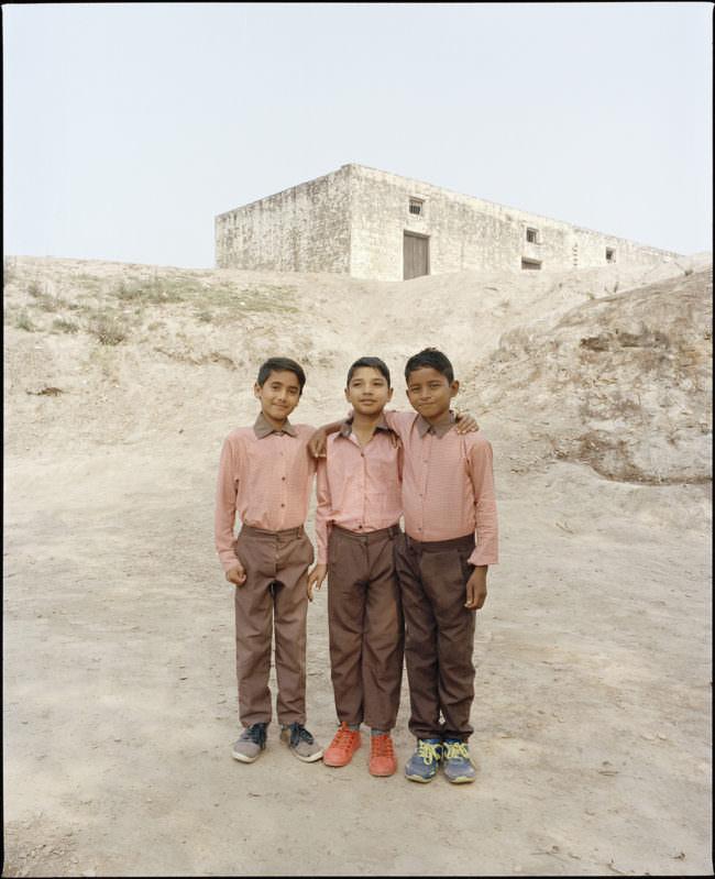 Drei Jungen vor einem Haus