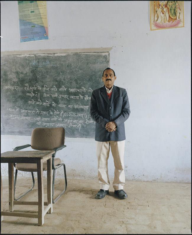 Mann vor einer Tafel in der Schule