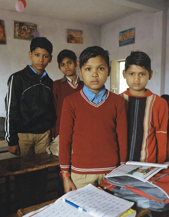 Vier Jungen im Klassenzimmer