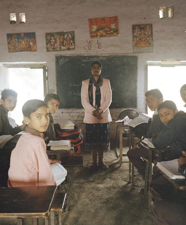 Lehrerin und Kinder in einer Schule