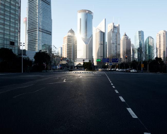Leere Straßen vor einer Skyline mit Hochhäusern
