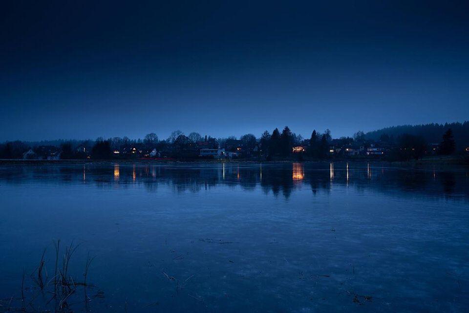 Landschaft spiegelt sich im Wasser