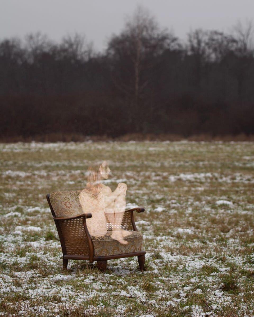 Frau durchsichtig auf einem Stuhl