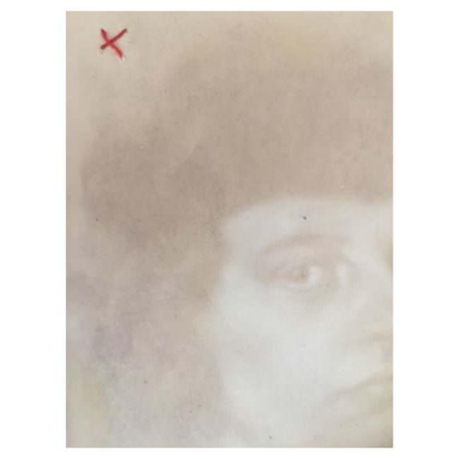 milchiges Portrait mit rotem Faden
