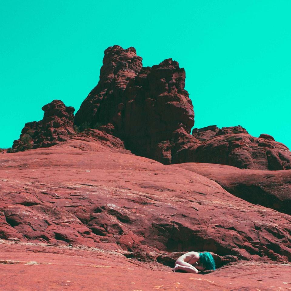 Akt in einer Steinwüste
