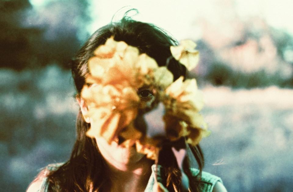 Portrait durch eine Blume