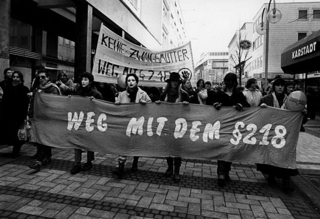 Menschen mit Banner auf einer Demonstration
