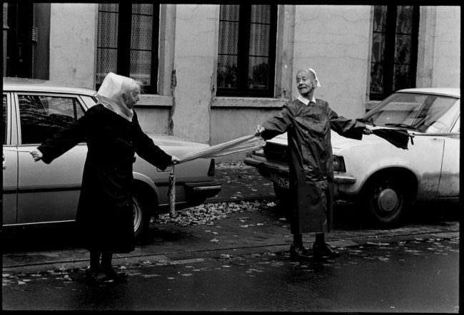 zwei Frauen am Straßenrand