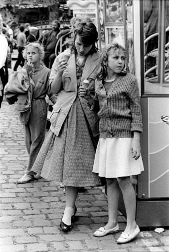 zwei Frauen auf einer Kirmes