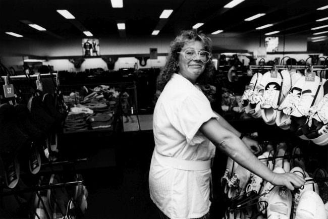 Frau in einem Geschäft