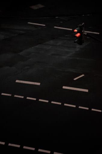 Ampel und Kreuzung nachts