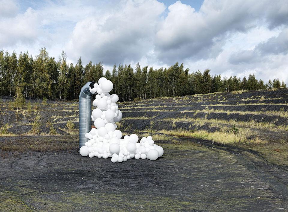 weiße Ballons in der Landschaft