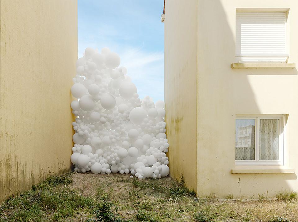 weiße Ballons zwischen Hauswänden