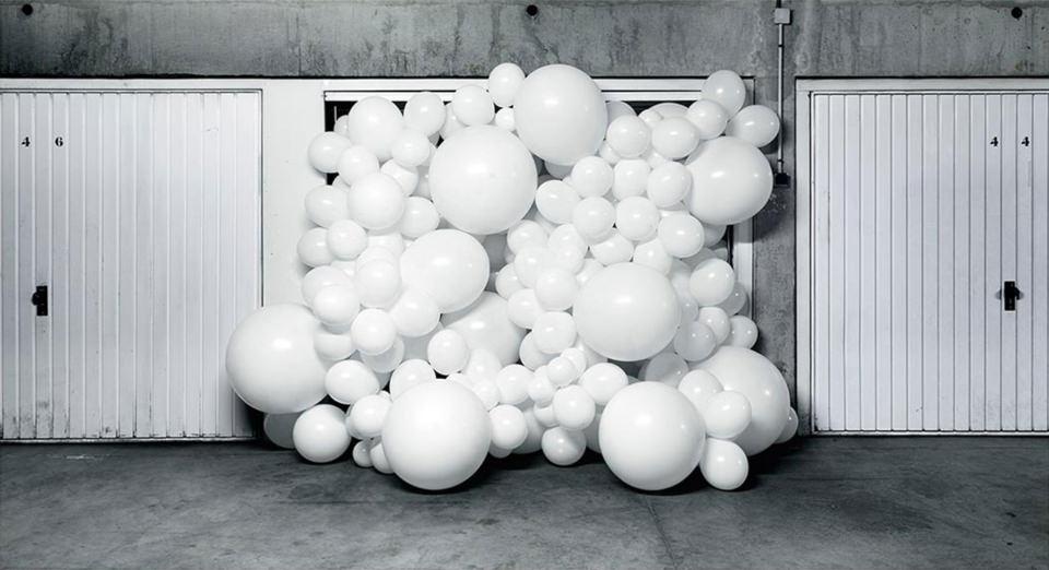 weiße Ballons quellen aus einer Garage