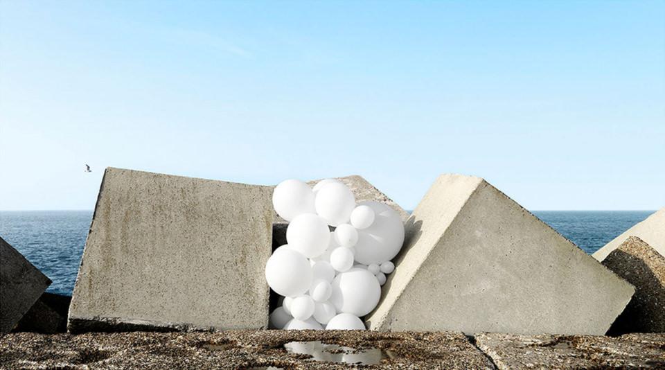 weiße Ballons zwischen Betonwürfeln