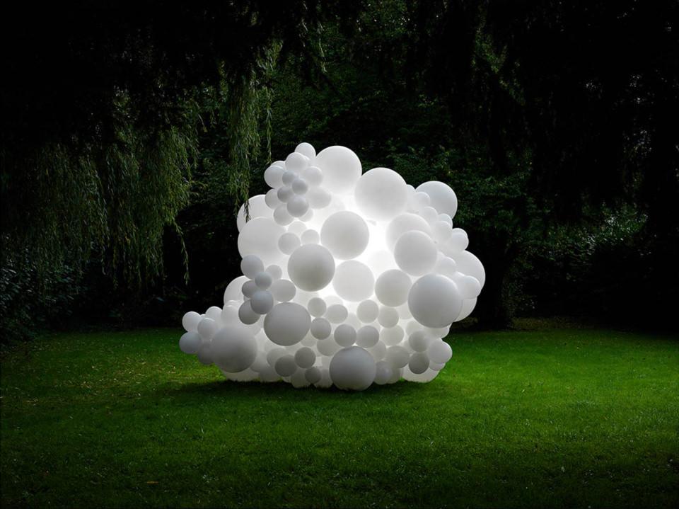 weiße Ballons auf einer Wiese