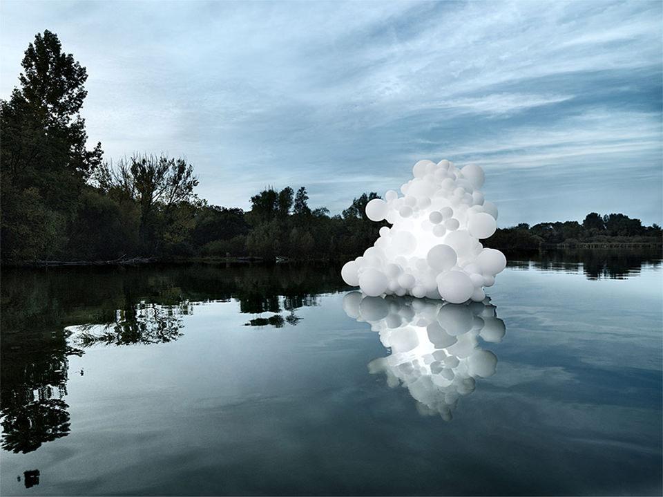 weiße Ballons auf einem See