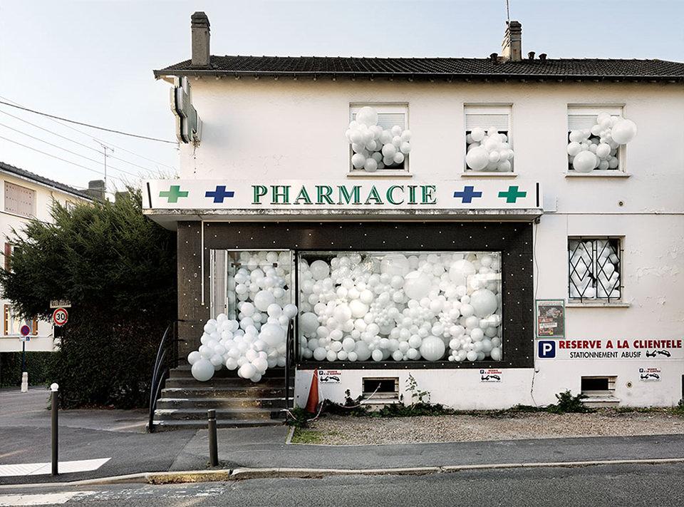 weiße Ballons in einer Apotheke