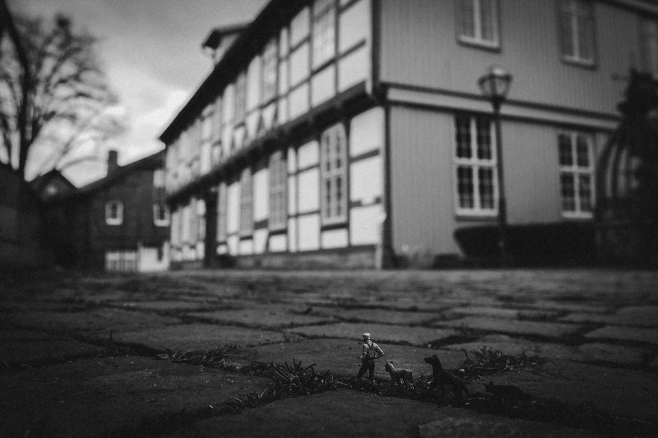 Kleine Figuren auf einer Straße vor einem Fachwerkhaus