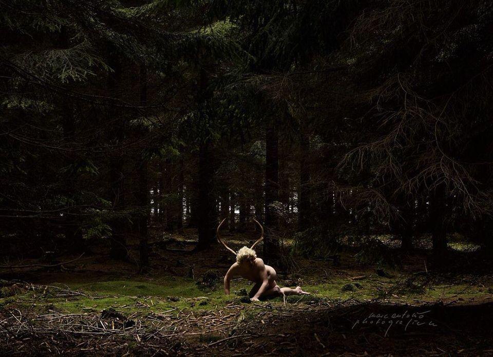 Nackte Person im Wald mit Geweih