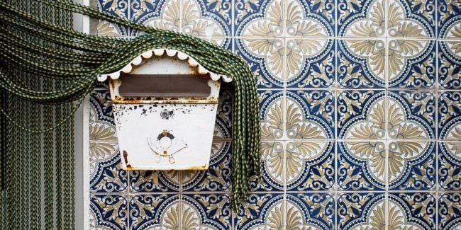 Briefkasten mit Perlenvorhang auf Fliesen