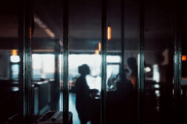 Schatten einer Person hinter Glas