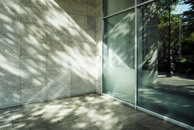 Fensterfront mit Licht und Schatten