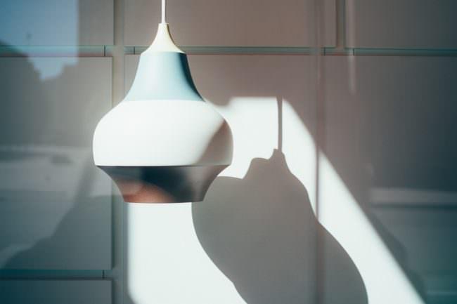 Licht und Schatten auf einer Lampe