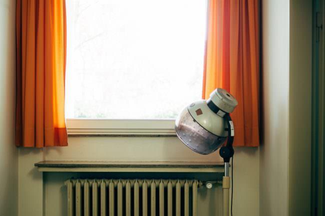 Trockenhaube vor einem Fenster