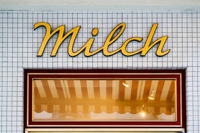 Schaufenster mit Überschrift Milch