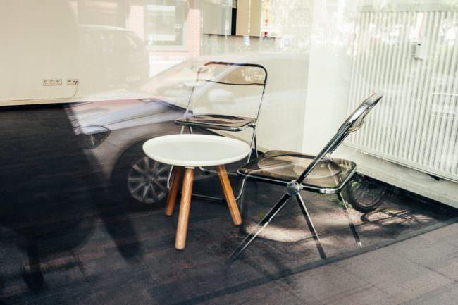 Tisch mit Stühlen hinter Glas