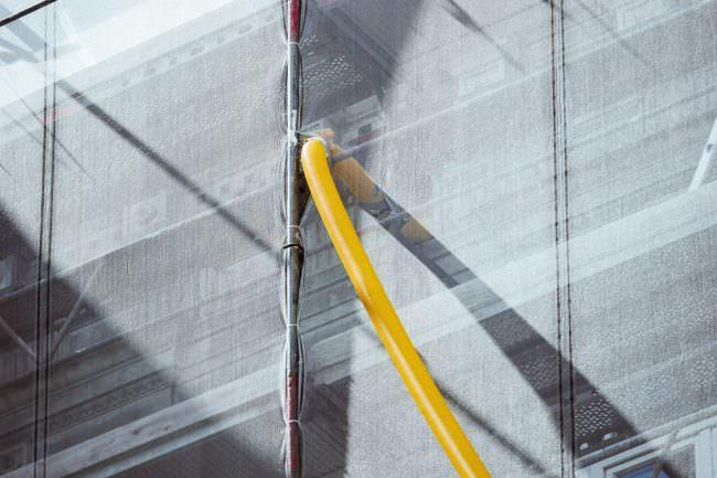 Abfallrohr an verhangener Hausfassade
