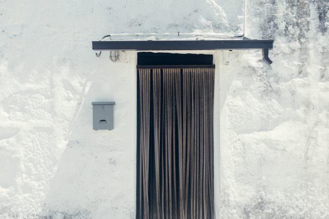 Tür mit Vorhang
