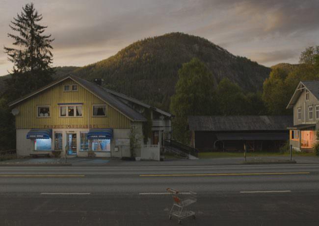 Häuser an einer Straße vor Bergen