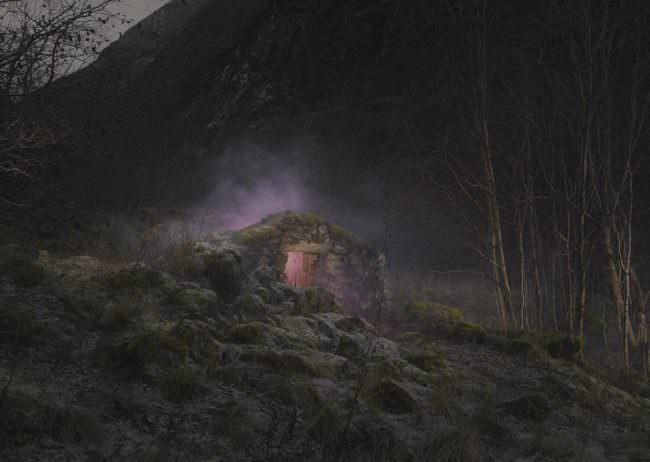 Steingebäude in der Landschaft