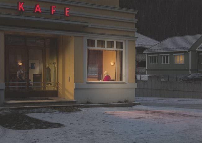 Frau in einem Café