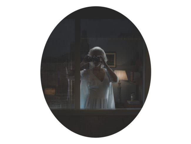 Frau sieht durch ein Fernglas