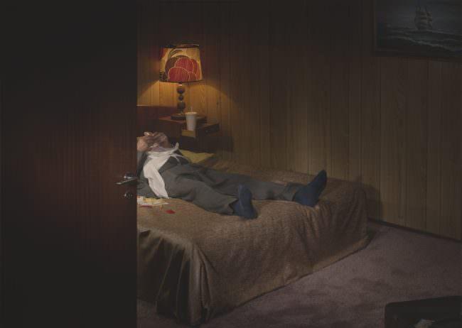 Mann liegt auf einem Bett
