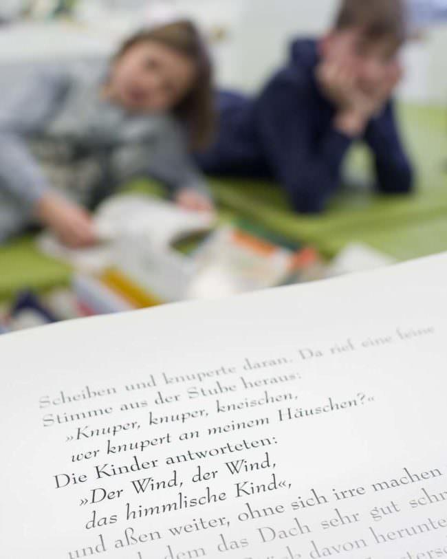Kindern wird vorgelesen