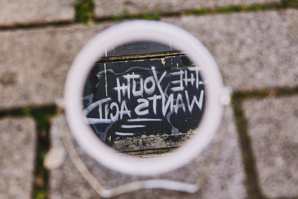 Spiegel zeigt ein Graffiti