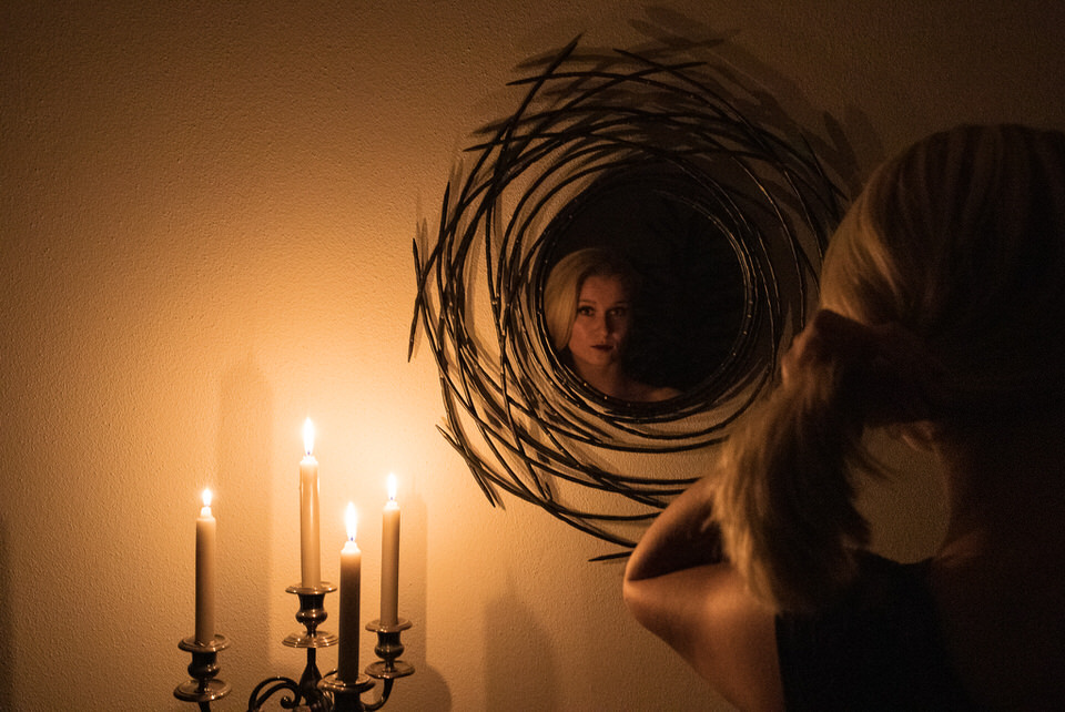 Frau vor einem Spiegel