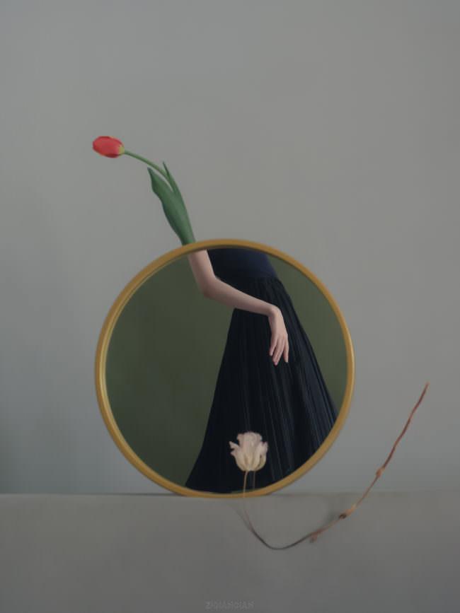Im spiegel eine Frau im Kleid, darüber eine Tulpe