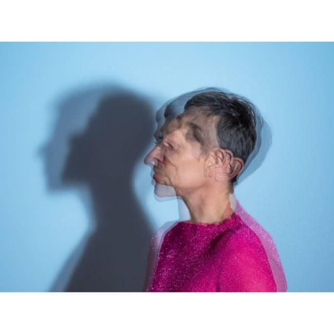 Person wirft Schatten an die Wand