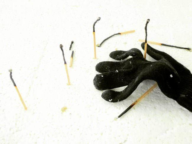 Handschuh und abgebrannte Streichhölzer