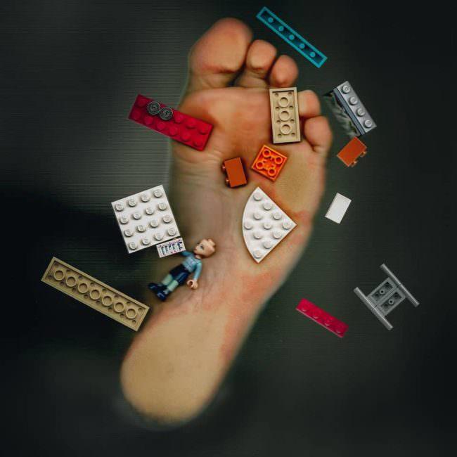 Fuß tritt auf Lego