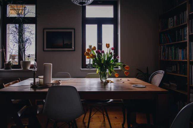 Tisch mit Tulpen in einer Vase