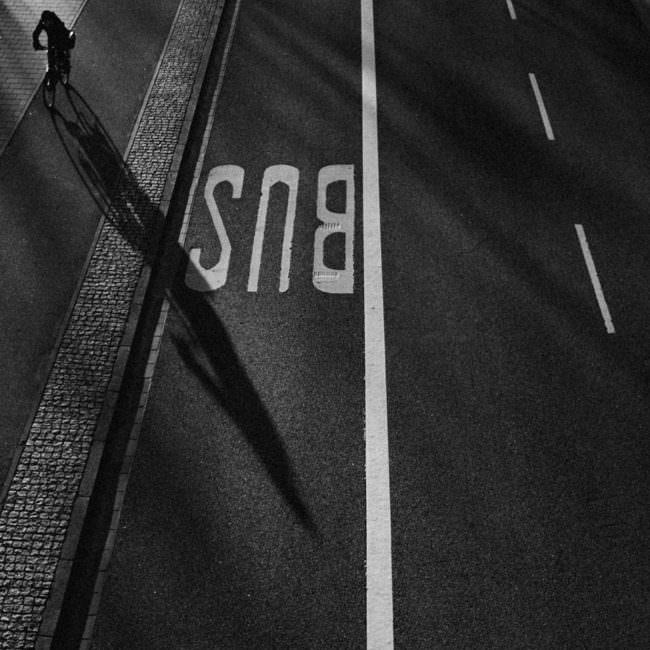 Mensch wirft Schatten auf eine Straße